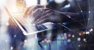 Llega el ransomware de triple extorsión: más de 1.000 empresas han sufrido fugas de datos tras no pagar el rescate • El pago medio de rescates es de 310.000 dólares y ha aumentado un 171% en el último año • Casi el 40% del total de las familias de ransomware de nuevo descubrimiento incorporan la infiltración de datos en su proceso de ataque Madrid, 18 de mayo de 2021 - Check Point Research, la división de Inteligencia de Amenazas Check Point® Software Technologies Ltd. (NASDAQ: CHKP), un proveedor líder especializado en ciberseguridad a nivel mundial, ha detectado un cambio en los ciberataques de ransomware. Desde finales de 2020 y principios de 2021 ha surgido una nueva cadena de ataques, esencialmente una expansión de la técnica de doble extorsión, integrando una amenaza adicional y única en el proceso que se conoce como ransomware triple extorsión. El éxito de la doble extorsión a lo largo de 2020, sobre todo, desde el estallido de la pandemia de la COVID-19, es innegable. Aunque no todos los incidentes y sus resultados se divulgan y publican, las estadísticas recogidas durante en los últimos meses reflejan la prominencia de este vector. En la actualidad, el pago medio de rescates por parte de las empresas ha aumentado un 171% en el último año, algo preocupante si se tiene en cuenta que ha costado 310.000 dólares de media a cada compañía atacada. Las fugas de datos han sido la principal consecuencia para más de 1.000 compañías que se negaron a cumplir con las peticiones de rescate en 2020. Como resultado del éxito logrado, casi el 40% de las familias de ransomware recién descubiertas incorporan la infiltración de datos. Y es justo por la notoriedad de los resultados de este ciberataque, que combina la filtración de datos y el ransomware, que los ciberdelincuentes están esforzándose cada día para seguir buscando métodos que mejoren sus estadísticas de cobro de rescates y la eficiencia de la amenaza. Triple extorsión: robo de datos, recompensa económica y chantaje 